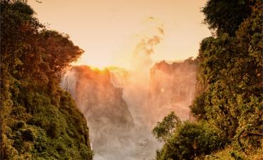 Couché du soleil aux chutes de Victoria à Victoria Falls en voyage au Zimbabwe