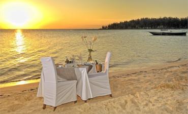 Souper romantique au couché du soleil sur la plage de Zanzibar en Tanzanie